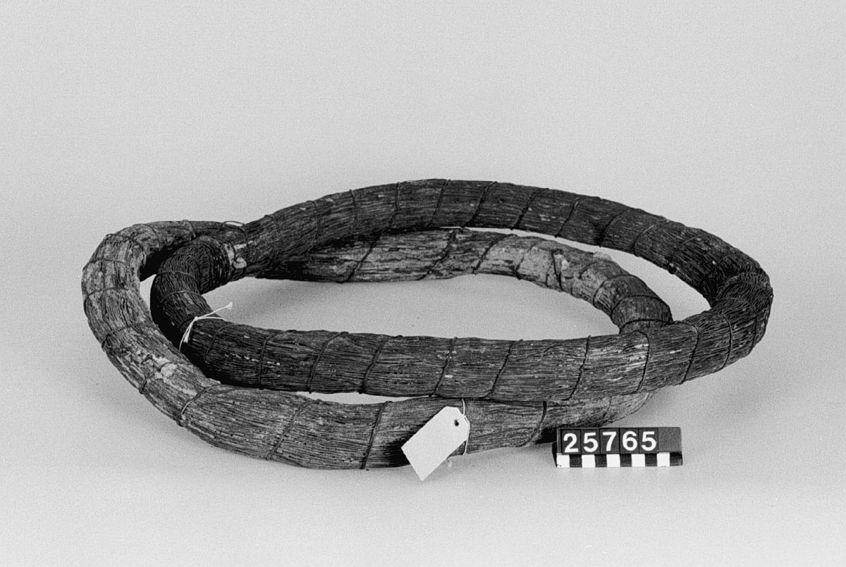 """Fem ringar mässingstråd av ca. 1.4 mm diameter. Vikt: en ring, ca. 13,5 kg. Ringarnas diameter: ca. 560 mm, höjd: 50 mm. Varje ring innehåller sannolikt c.a. 1 500 m (=ca. 2 500 alnar). Den ena ringen väger c.a. 13.5 kg (sannolikt inklusive ca 6% föroreningar) = ca. 2 lispund= ca. 40 marker. Viktualievikt: ca. 12.75 kg. 1 meter väger 9 g. Diameter uppmått: 10 varv delat i 10=1.18 mm (=nära 3/64 tum, som är 1.15 mm). Specifik vikt om diametern är 1.15 =8.8 (anm nov 1957: bra hög sp.v., vid 3/64 tum diameter blir den 8.2 som är bättre). Text på lös lapp invid liten del av ringen, funnen i mag: """"Stycke av dragen mässingstråd fr. Norrköpings Mässingsbruk 1660-talet. Vikt: 4,82 g, längd: 535 mm, diameter (20 varv = 23,4 mm) 1,17 mm (3""""/64=1,16 mm). Spec. vikt 83 (hög zinkhalt?) (Om 5% bortkorroderat så är sp.v. 87 = normal""""."""