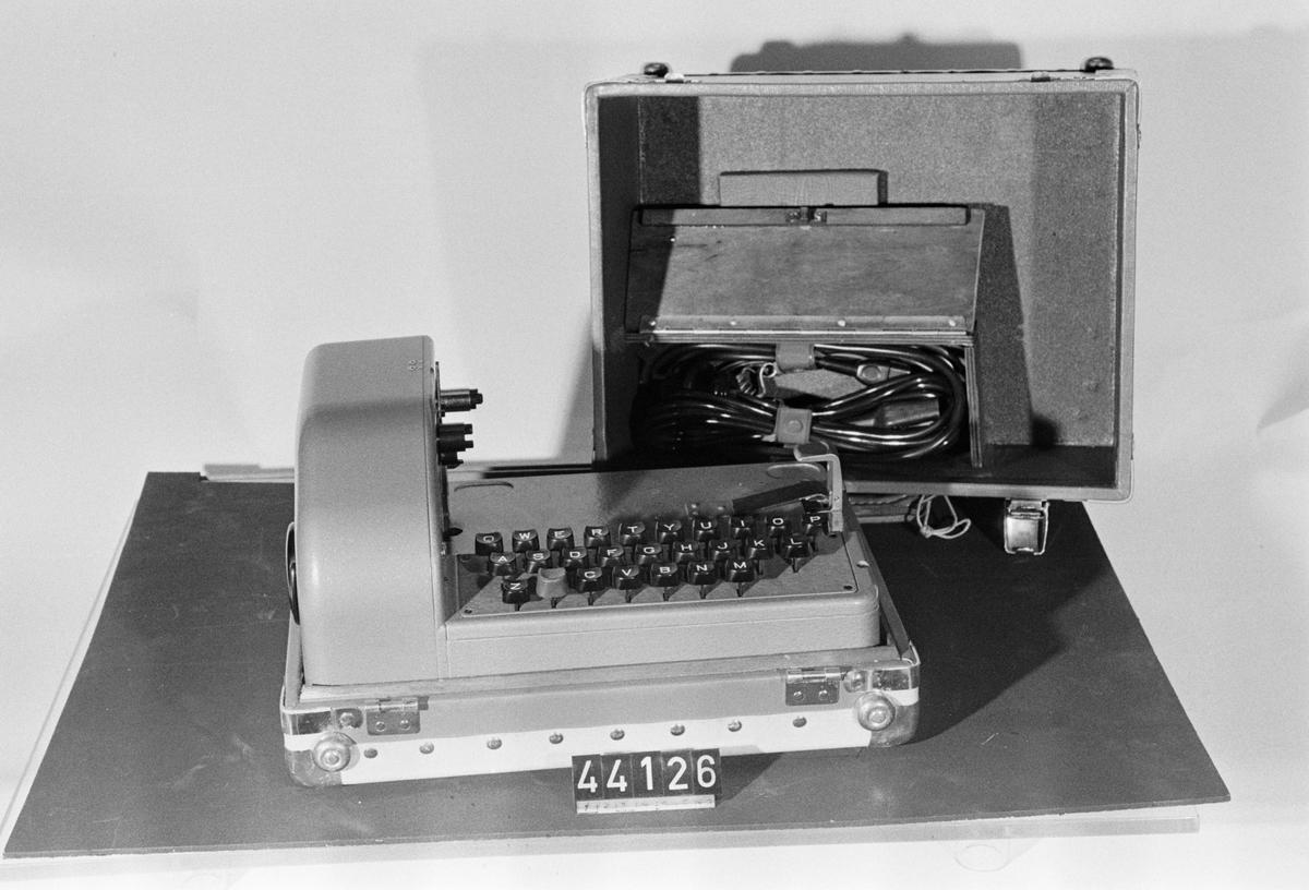 Tangentbord, tillsats till transportabel chifferapparat typ C-52/CX-52, för chiffertelegram. Med transportlåda.