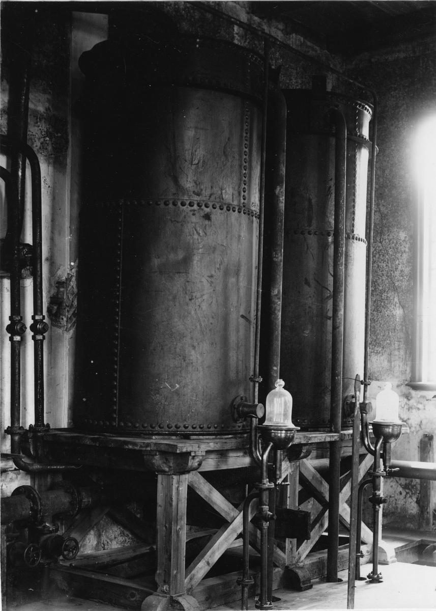 Krementschugs Järnverks AB. Kylare för destillatet. 1897-1902 förestod O. Larsson masugnsdriften och det nyanlagda gjuteriet, de två senare åren var han direktör för bruket.
