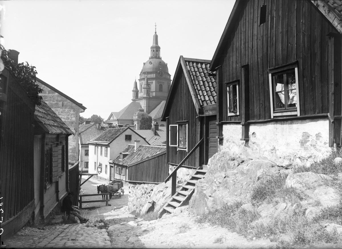 Parti av Södermalm i Stockholm. Trähus vid Sandbacksgatan. I bakgrunden syns Katarina kyrka.