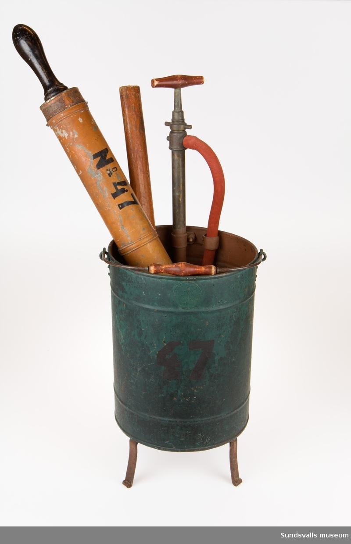 Stående cylinder på tre ben med pump och grep.