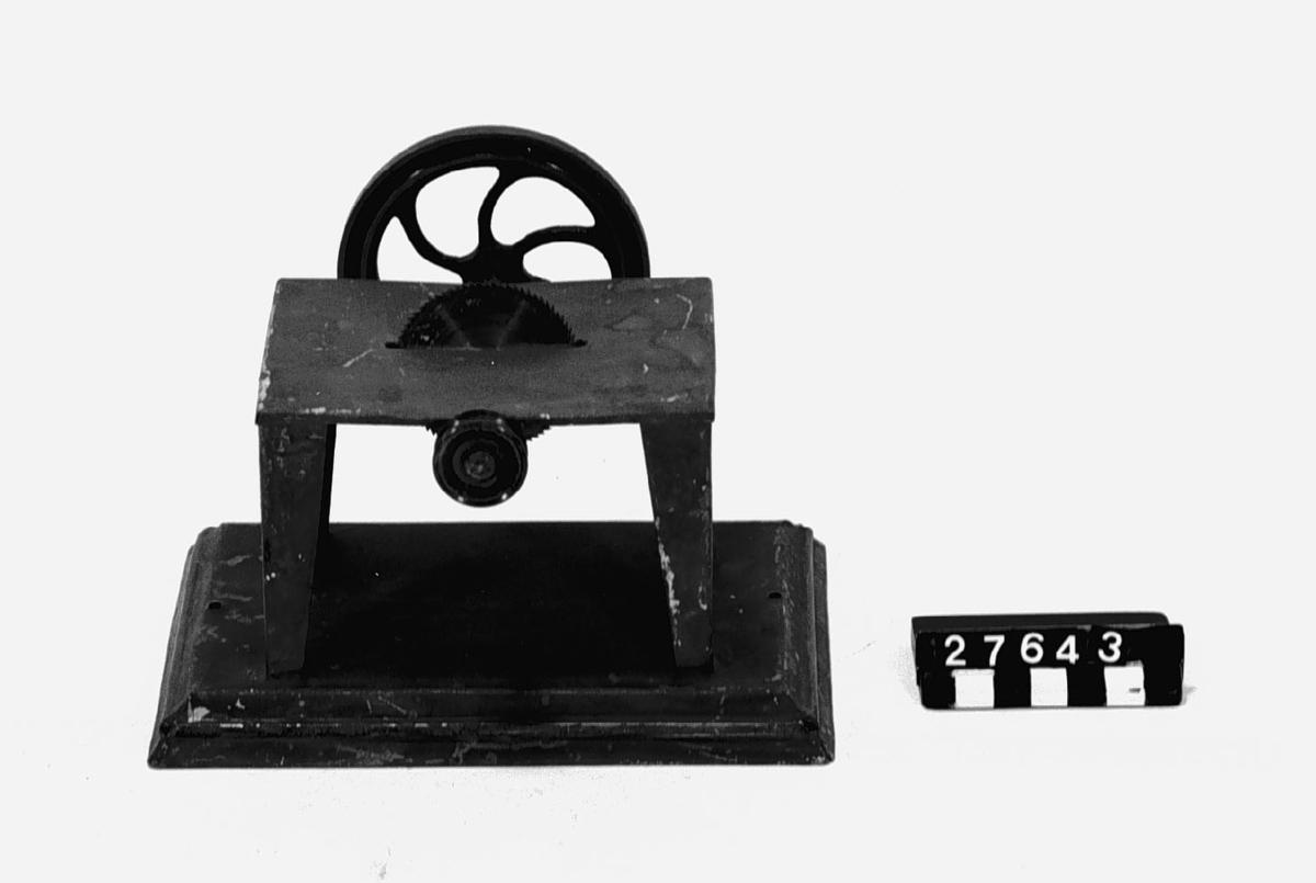 Leksak, med fundament av plåt, att drivas med maskin.
