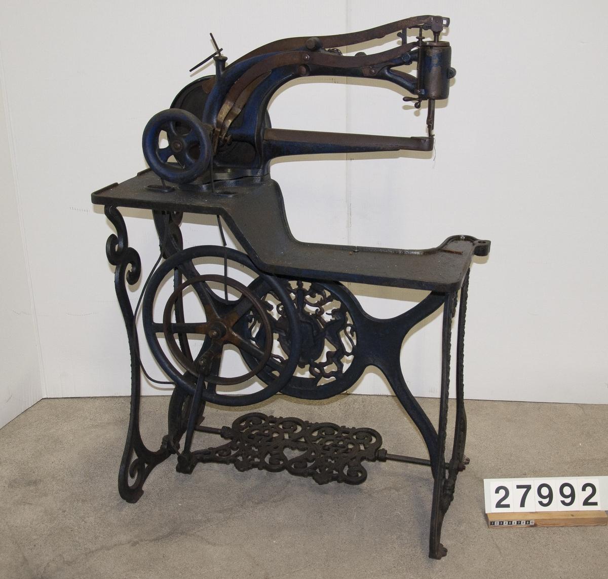 """Symaskin, """"Patent Elastique"""" för skonåtling, hand- och trampdriven, på stativ av järn."""