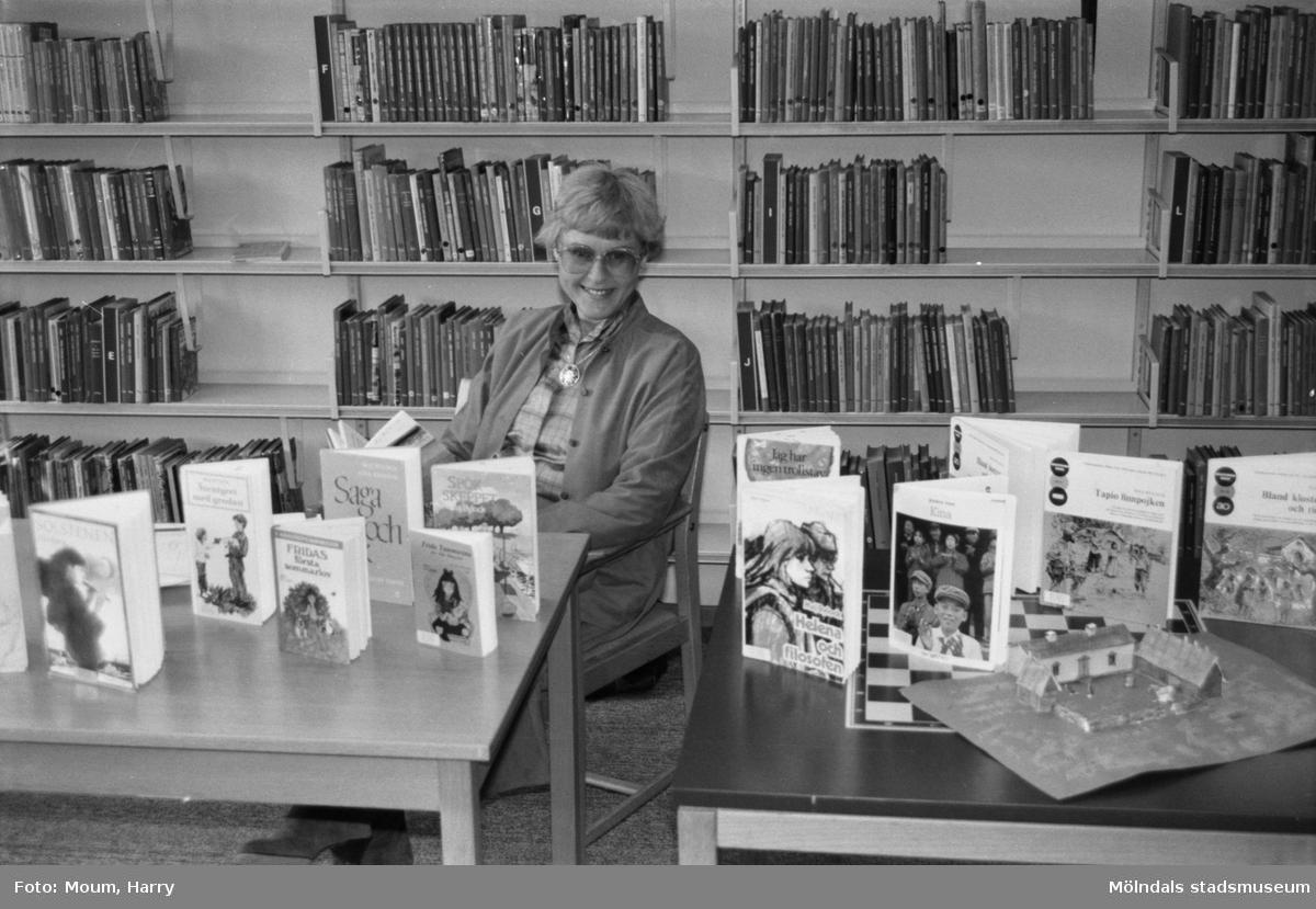 Författarinnan Maj Bylock besöker Kållereds bibliotek, år 1984.  För mer information om bilden se under tilläggsinformation.