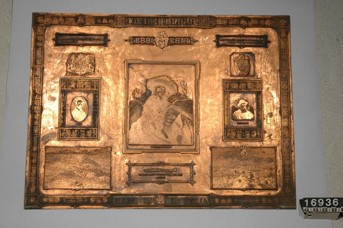"""Tryckplåt av koppar, galvaniskt fälld, till minne av boktryckarkonstens 400-års jubileum. """"Fyrahundra-års-jubileum 1483-1883"""". """"Bok, som vill lefva alltjemt, måste sin genius ha """"Tegnér"""". """"Die Buchdruckerei ist sammum et postremum donum, das höchste unde letzte geschenk"""". Luther. Stora riksvapnet, porträtt av Oscar II, porträtt av """"Johannes Gutenberg"""", sture-vapnet, porträtt av Sten Sture d.ä. Bild av Stockholm 1880-talet."""" Kopparfällningar intill 3000 quadrat-centimeter utföras skyndsamt och billigt"""". Bild av Stockholm 1600-talet. """"P.A. Norstedt & Söner Kongl. Boktryckeriet"""". """"Proffällning""""."""