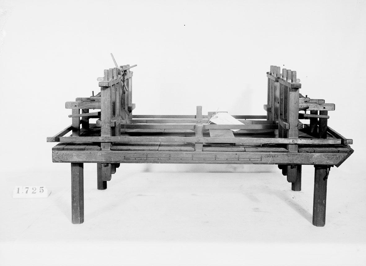 """Modell av mudderflotte. Text på föremålet: """"N:o 218. Modell på Mudder Flotta ..... Directeurn Norberg. B.8. 53."""". I Jonas Norbergs förteckning från 1779 beskrivs modellen på följande sätt: """"Modell på Mudderflotta, ärnad at bruka vid Strömmarnes uppmuddrande här i Stockholm."""""""