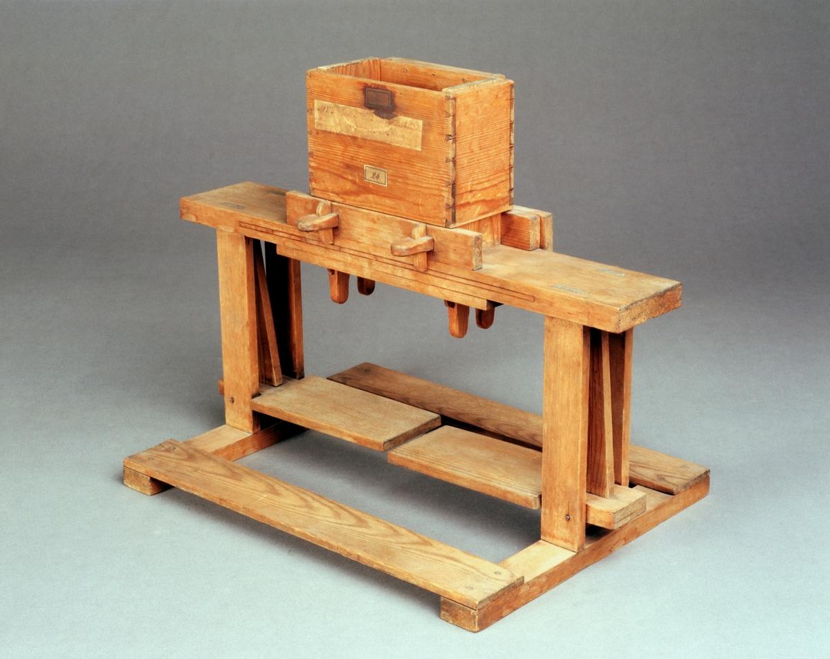 "Modell av lerbråka. Text på föremålet: ""N:o 125. Modell på Krukmakare=Lerbråka. Af Commercie Rådet Polhem. 24""."