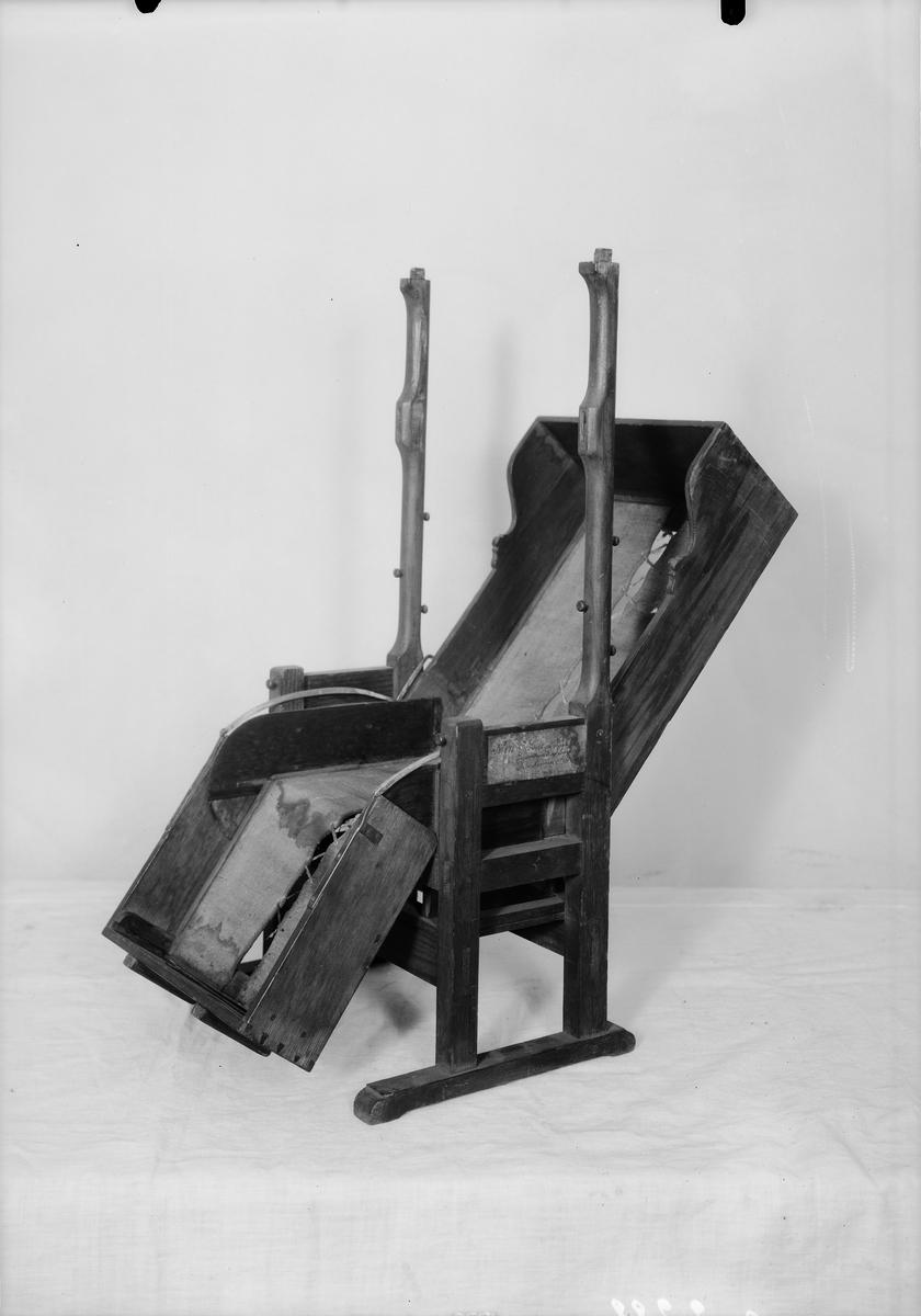 """Modell av sjuksäng. Text på föremålet: """"N:o 171. Modell på sjuk-säng inventerad af framledne Directeuren Norberg. F-h-1 XVIII.D.30."""""""