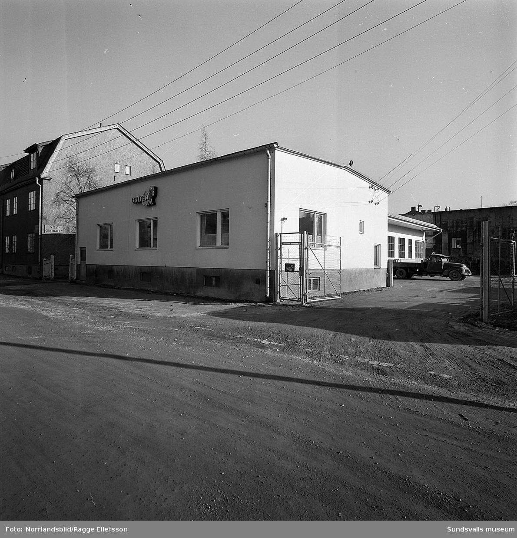 Bultfabriken vid Östra Långgatan 3, exteriörbilder, skylt Bultfabriks AB Hallstahammar. Bakom syns fastigheten Östra Långgatan 1 med en skylt, Äggcentralen. Båda husen står kvar i dag (2016), men med nya verksamheter.