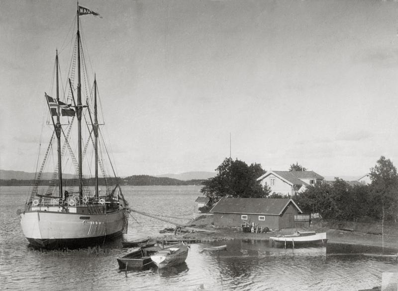 Maud fortøyd før avreise 1918 (Foto/Photo)