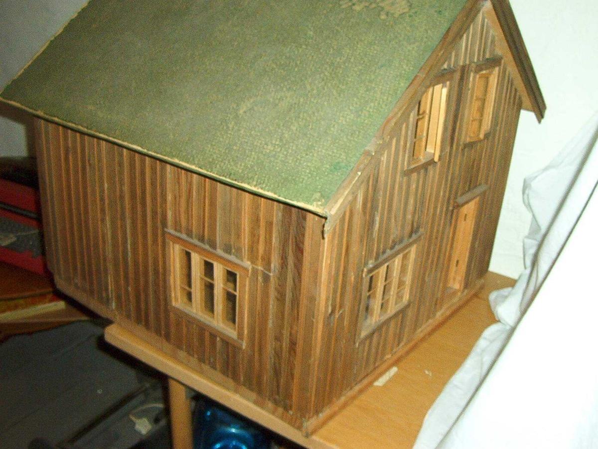 Skorsteinen på huset er i tillegg på høyden med 6,5 cm