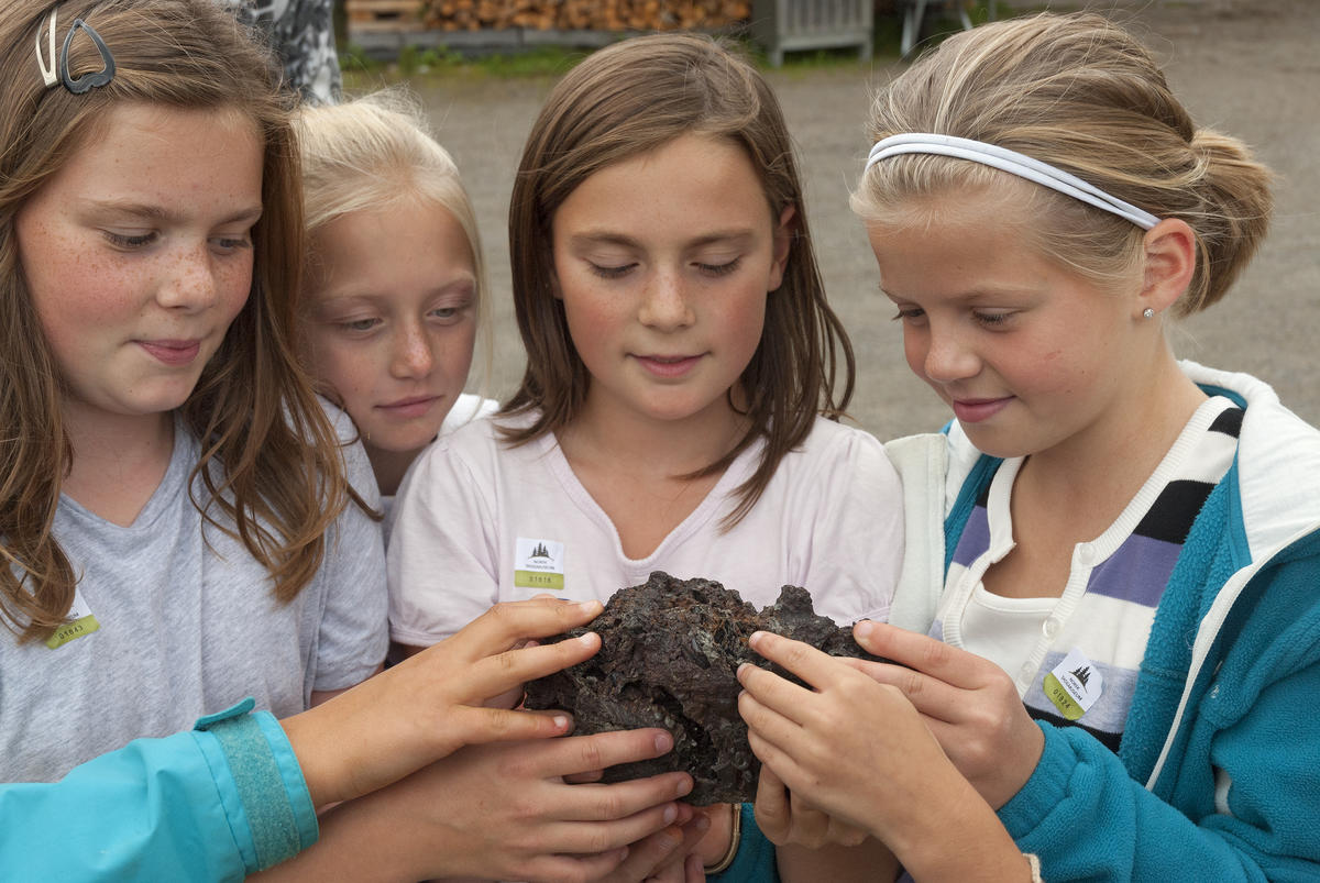 Jenter studerer jernklump 3/9 2009
