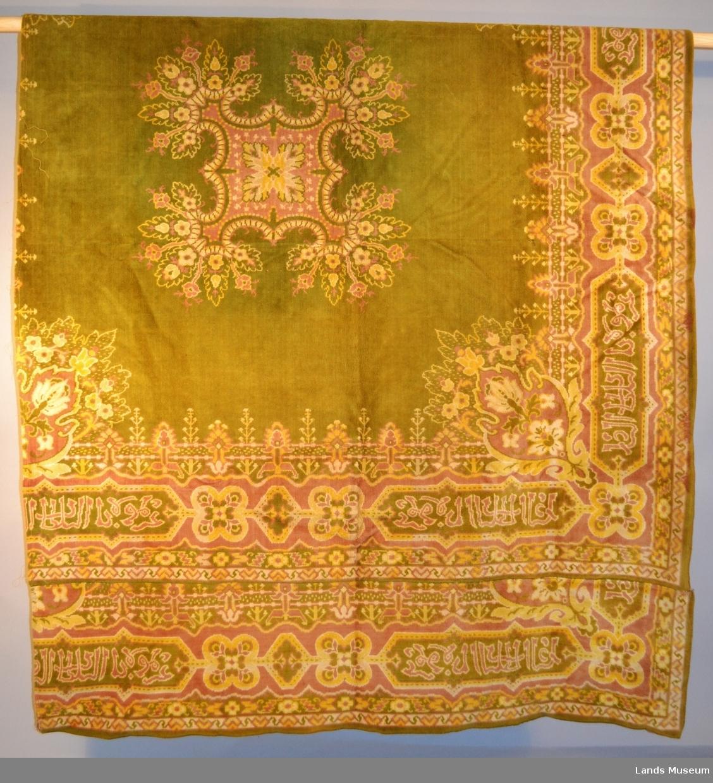 Arabisk mønster. Teppe er fra ca. 1900. Teppet har blitt delt opp, og blitt brukt som divanteppe. Ene side sydd med maskinsting.