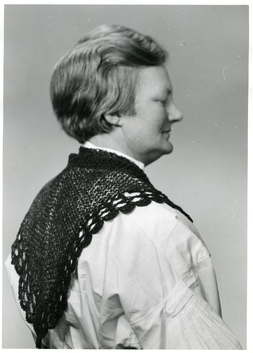 Bunadskjorte etter Dorte Dal, med halsklutplagg. Fra Vang i Valdres, ca 1800.