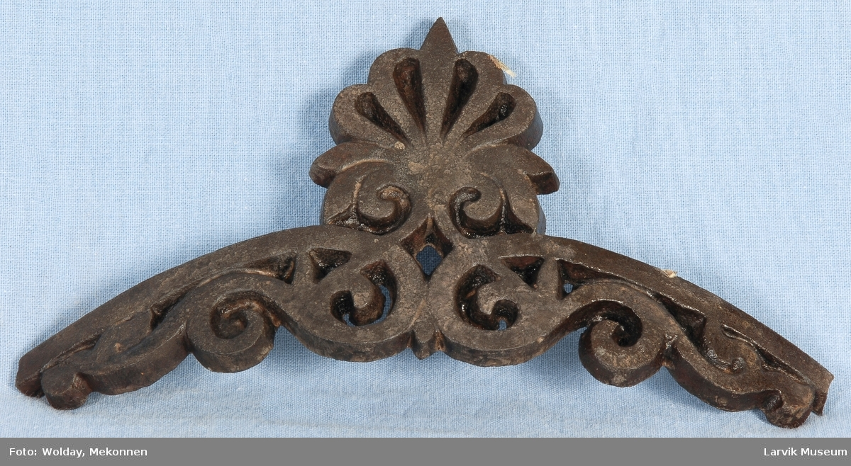 Bueformet. Gjennombrudt, ornamental krone