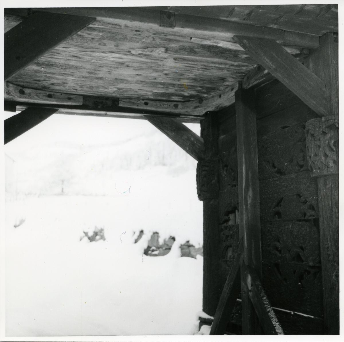 Inngangsparti til Lomen Stavkyrkje i Vestre Slidre i Valdres.