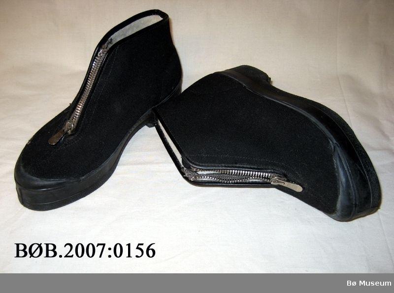 Eit par Romika ortopedisk utesko i str. 34. Skoen er i bomull med gummisole, den er ullfora og har glidelås framme