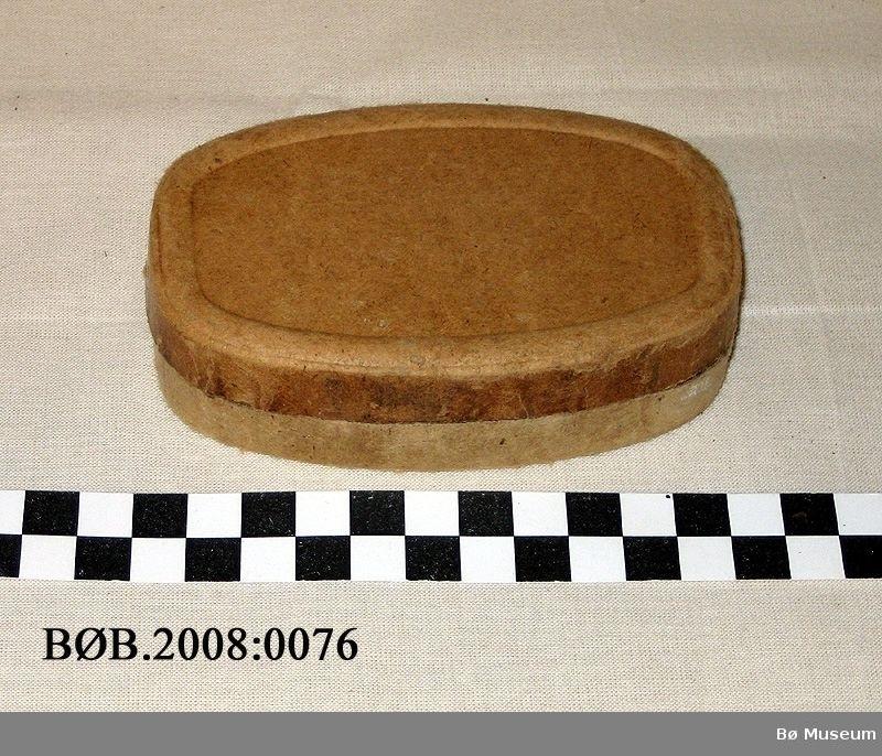 Form: Oval med rette endar.