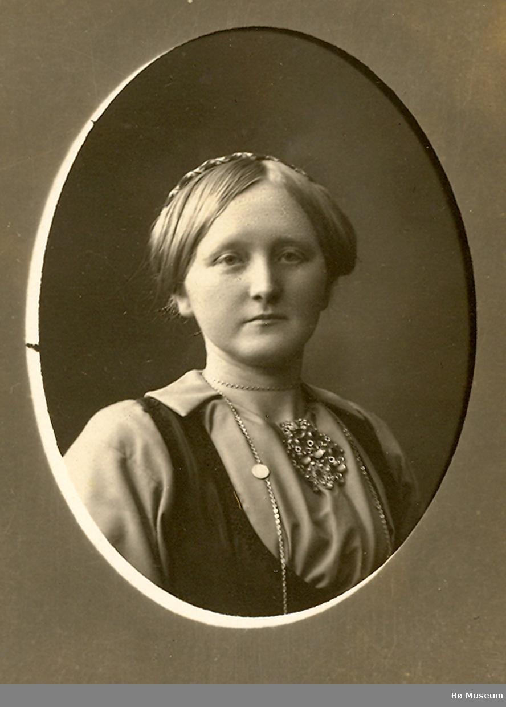 Kvinne, portrett truleg Aaste Roheim, f. Eika