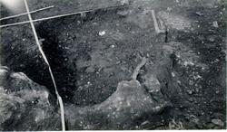 Tomtens hällkista under utgrävning.