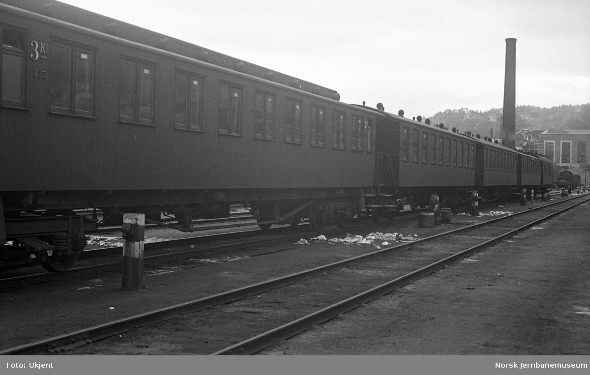 Personvogner i Haven på Oslo Ø, vogn Co2a nr. 335 fremst