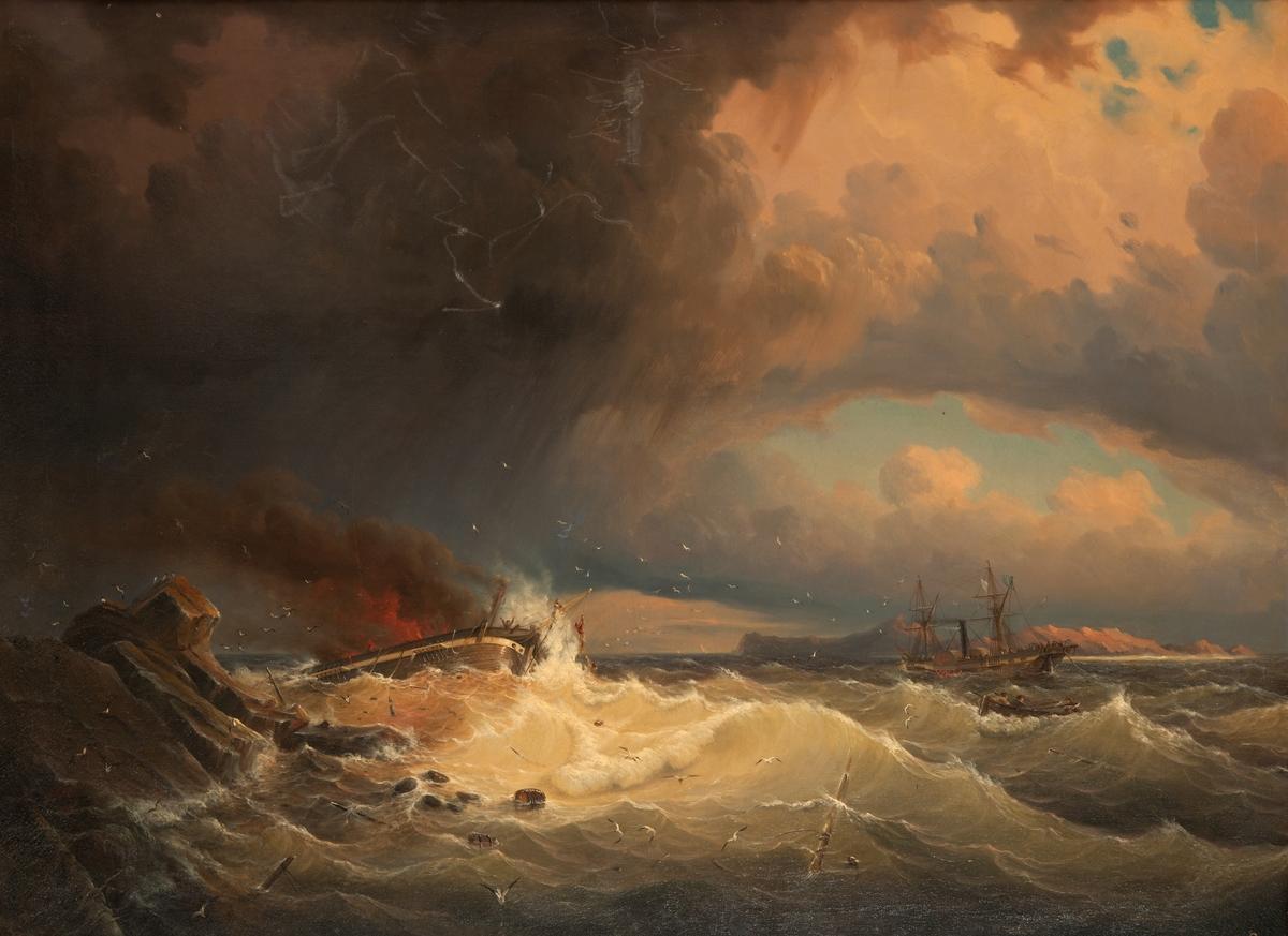 Brinnande, avmastat segelfartyg strandat på klippig kust. Till höger en briggtacklad hjulångare. Roddbåt går till undsättning.