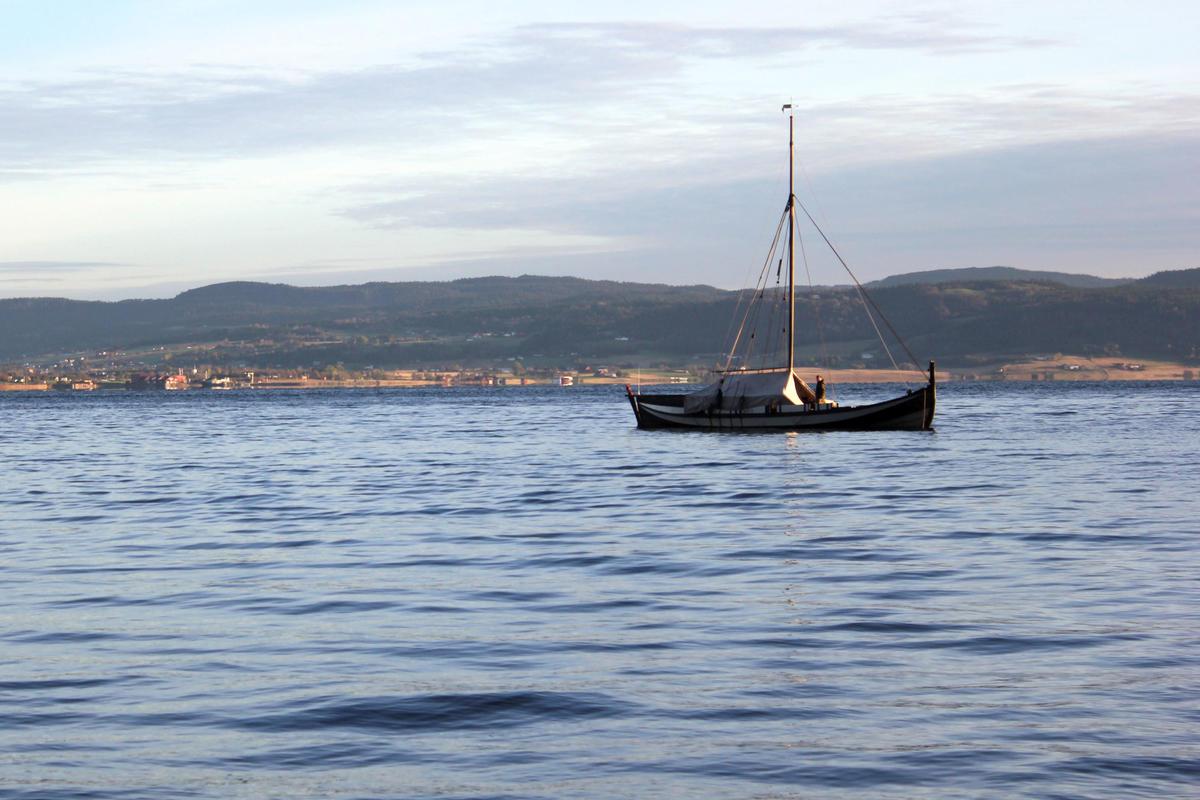 Med telt blir båten ekstra praktisk til turbruk.  Fra seilkurs på Museet Kystens Arv. (Foto/Photo)