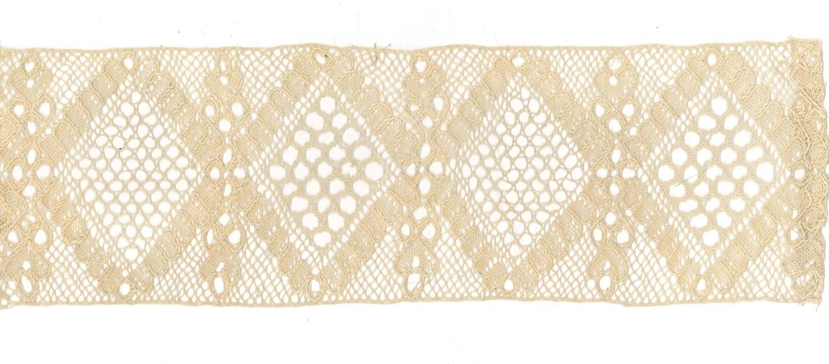 Teknik: Spetsen har tyllbotten och på den är lagd ett mönster av rombiska figurer, vars omramningar är arbetade i nätbotten med konturtråden löpande ut och in mellan bottnarna. Varannan botten har hålbotten i nätslag, varannan ett mellanting mellan brabantbotten och nålhålsbotten. Mellan bottnarna är avlånga kvistliknande figurer.  Denna spets tillhör ryska samlingen.
