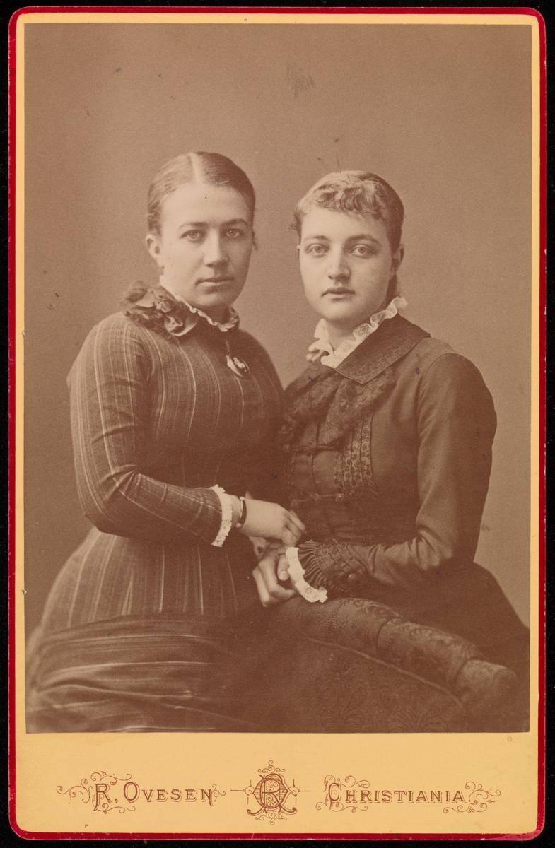 Gruppeportrett i cabinetformat. Til venstre: Mathilde Mathiesen, til høyre: ukjent kvinne.