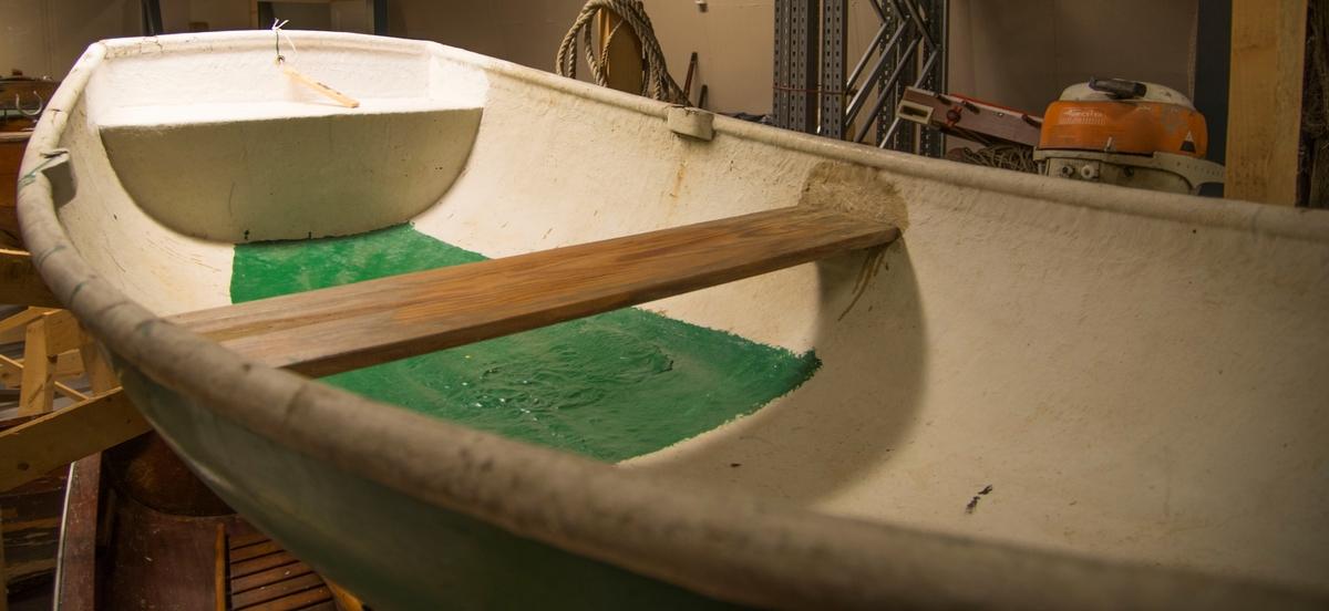Grønn jolle som er hvit inni i tillegg til grønn bunn innvendig. Støpt. 1 tofte.