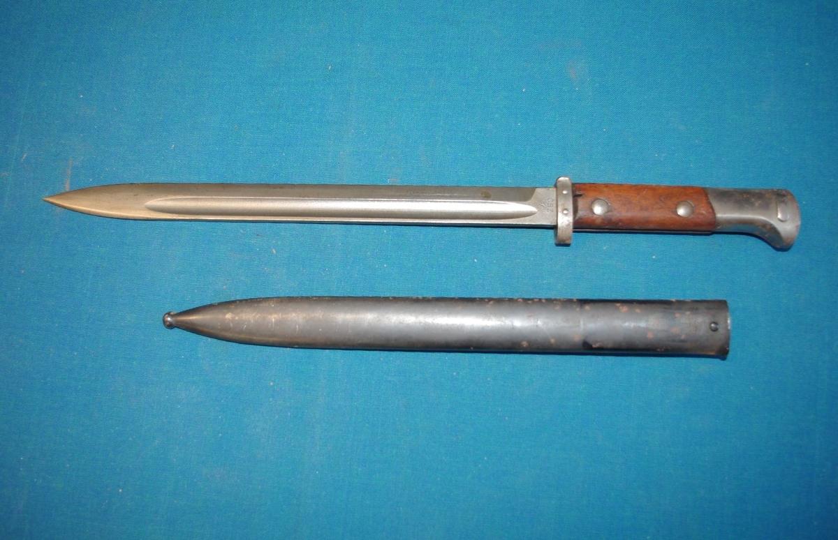 Form: Avlang, påskrudd trehåndtak, slire løs. For å feste på gevær