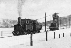 Strekking av kontaktledning på Thamshavnbanen. Damplokomotiv