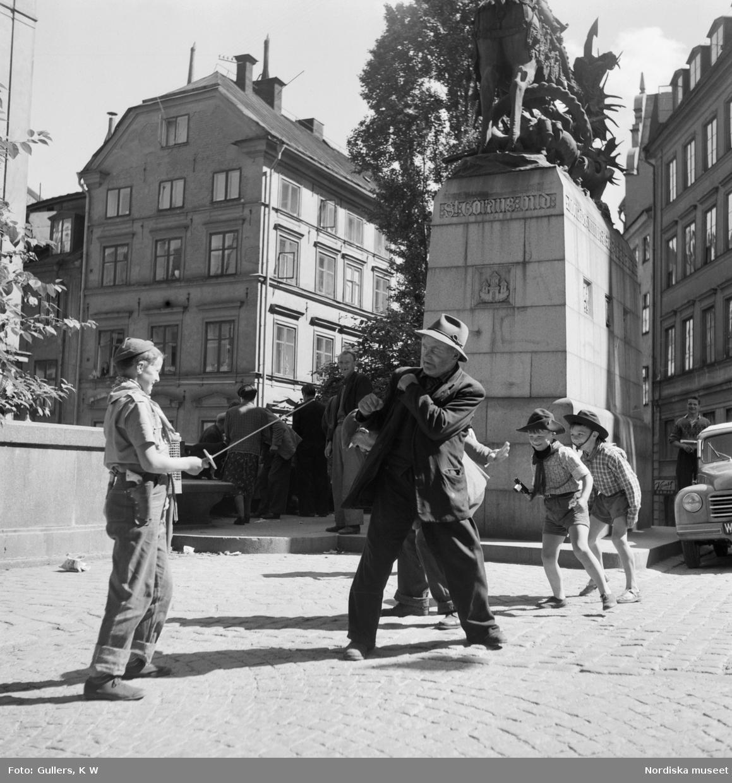 Pojkar som leker på Köpmantorget.