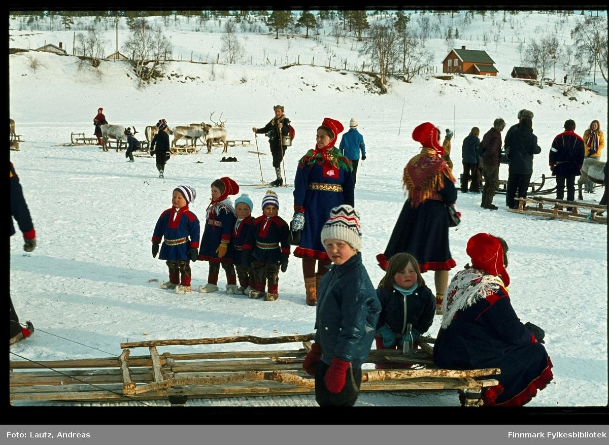 Karasjok i 1972. Reinkappkjøring i påska. Sittende på sleden; Anna Ravna Aronsen med barna Per Willy Aronsen og Wenche Susanne Aronsen fra Skoganvarre.