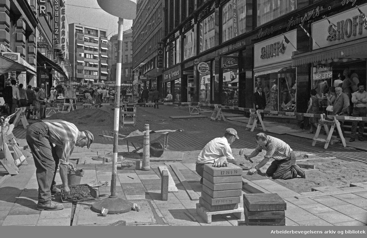 Montering av varmekabler og legging av steinheller i Lille Grensen. 1970.