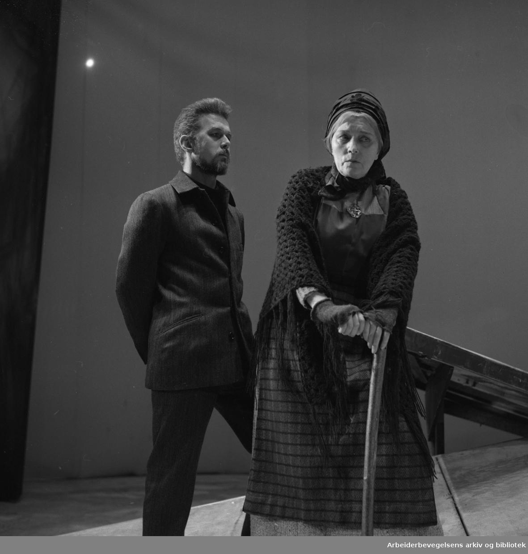 Nationaltheatret..BRAND av Henrik Ibsen. Premiere 31.03.1966. .Toralv Maurstad som Brand. Tore Segelcke som Brands mor.