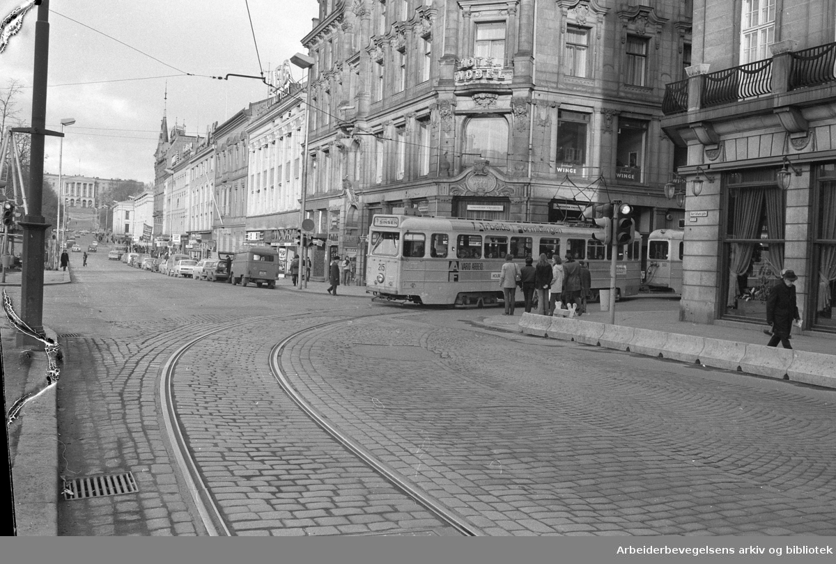 Trikk i Oslos gater. Februar 1973..Linje 7 til Sinsen, på hjørnet av Rosenkrantzgate og Karl Johans gate.