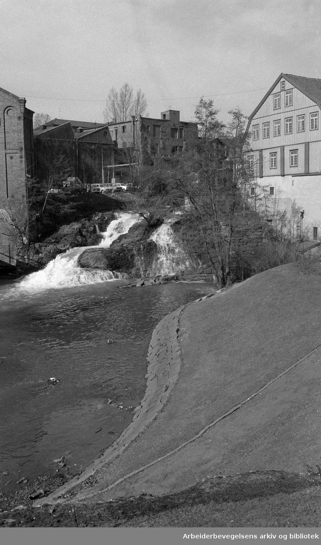 Akerselva. Fossen ved Hjula veveri og Glads mølle (til høyre i bildet)..Foto 1973.
