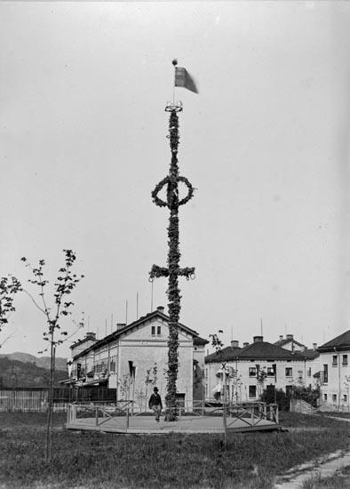 Midsommarstång med unionsflagga i toppen på S:t Jörgens sjukhus, Hisings Backa i Göteborg