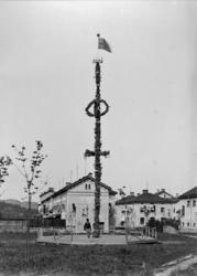 Midsommarstång med unionsflagga i toppen på S:t Jörgens sjuk
