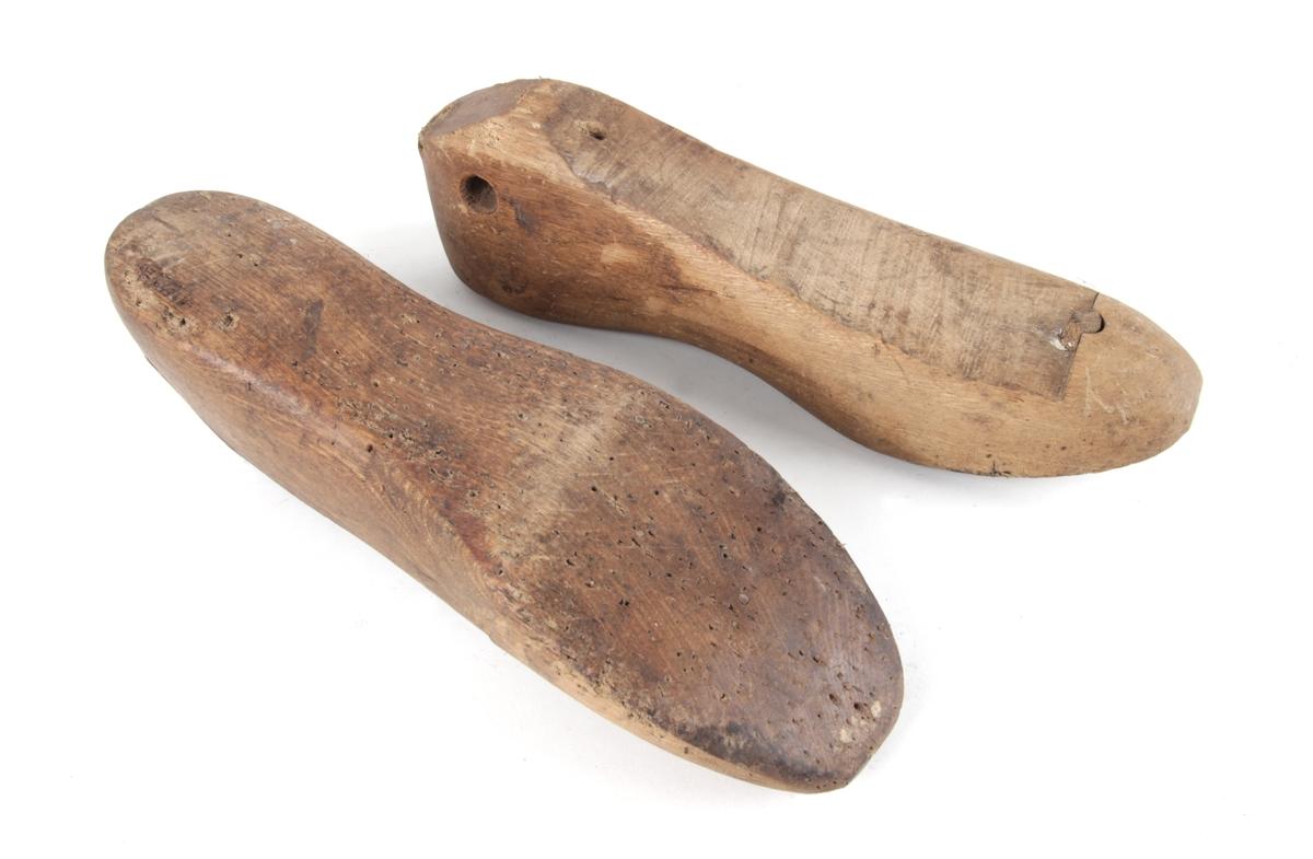 """Et par trelester. Lesten er en """"kopi"""" av foten, brukt til å skjære til og sy skotøy over, eller til å sette i ferdig skotøy for at det skal holde rett form."""