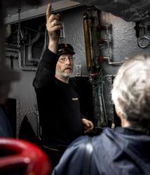 Maskinist Olav viser rundt (Foto/Photo)