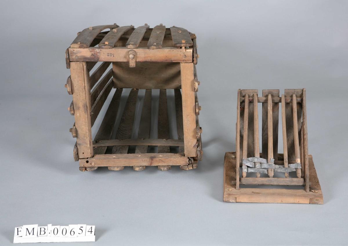 Avlang, avskåret pyramideform. Laget av trespiler med trenagler. Har 19 spiler. I den tykkeste enden sitter en nedfallsklaff av lange trespiler/tenner.