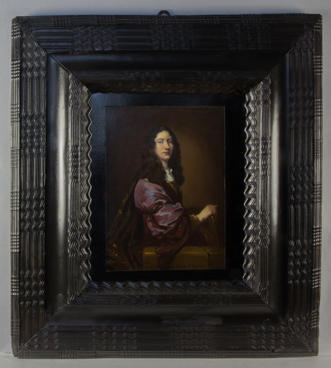 Porträtt av Johan Scheringson Rosenhane. Midjebild, sittande med ansiktet vridet mot betraktaren vid en balustrad. Långt vågigt hår. Lila och brun klädnad. Ena handen håller i en stav. Brun enfärgad bakgrund.