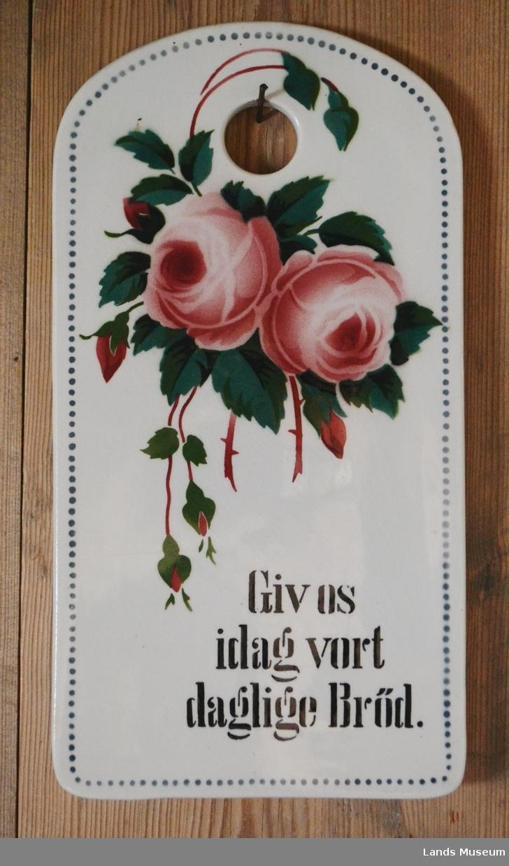 Røde/rosa roser med grønne blad.