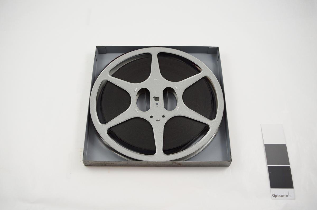 Filmrull i eske. Film på metallspole. Kvadratisk metall etui i to løse deler: bunn og lokk.