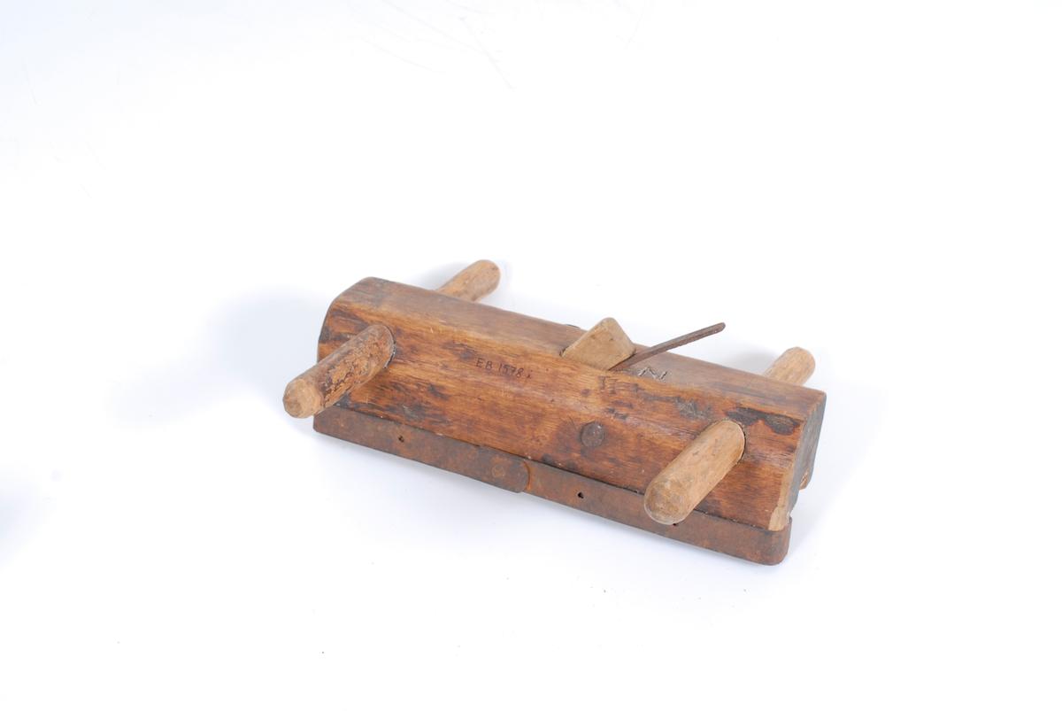 Teknikk: Beiset (?). Undersiden har ytterst på den ene siden en styrekant som er beslått helt rundet med jern. Form: Kroppen er i ett stykke, tilnærmet firkantet.