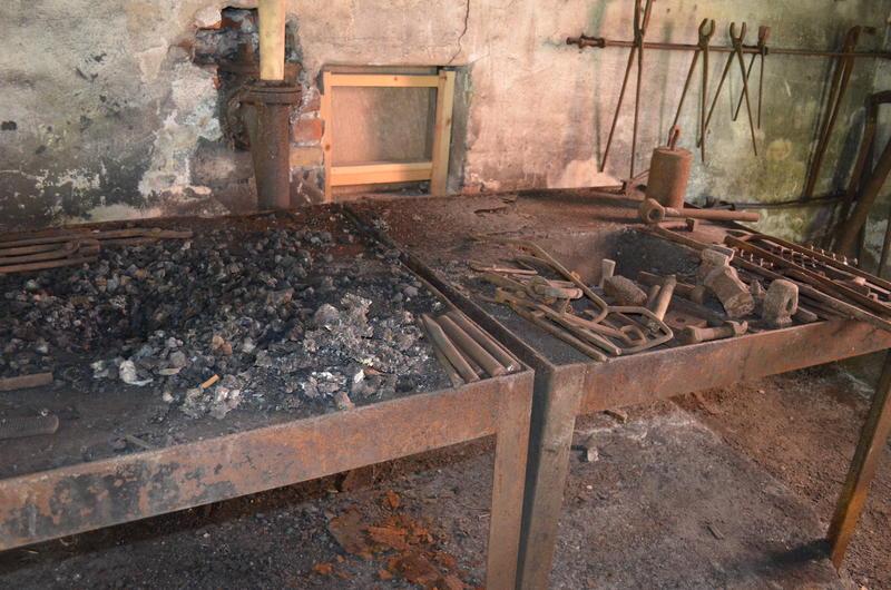 I essa var det glødende kull der han varmet jernet slik at han kunne forme det.