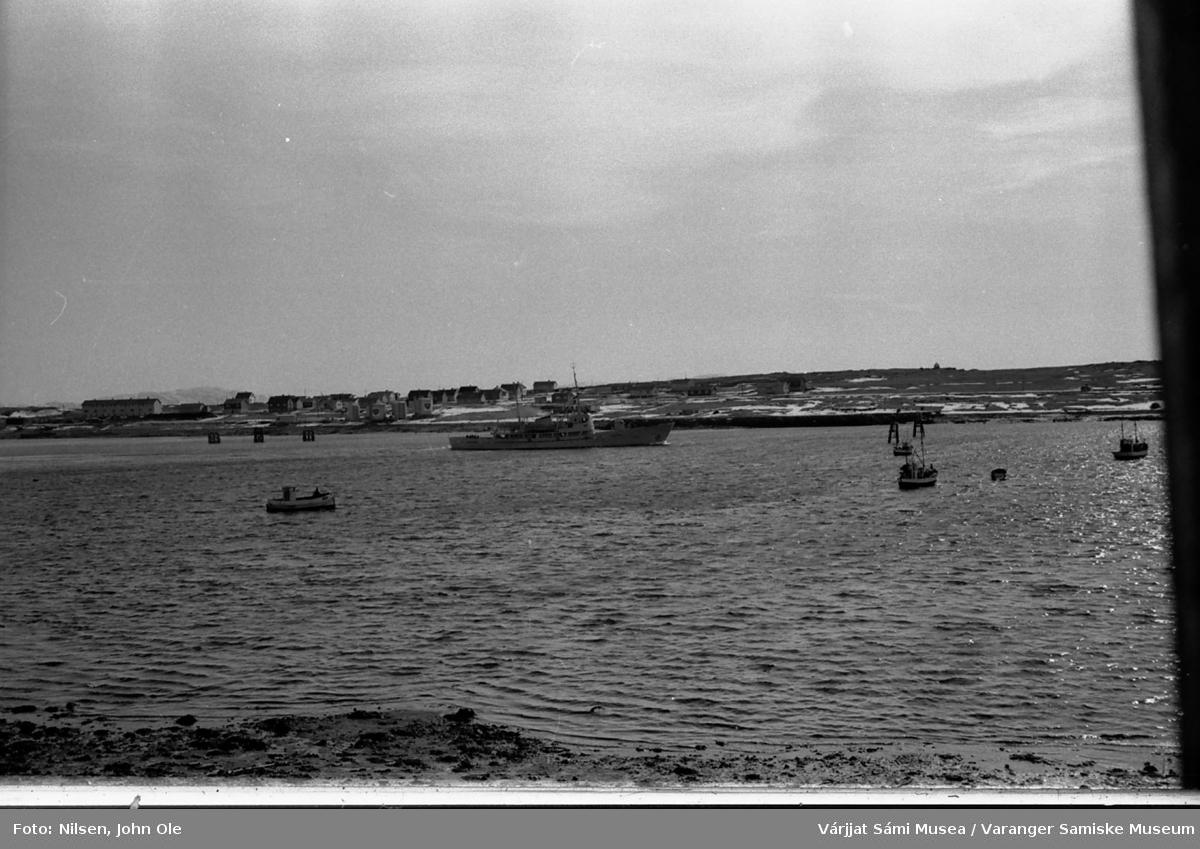 Vadsøya sett fra fastlandet. En båt er på vei ut fra havna. 1967