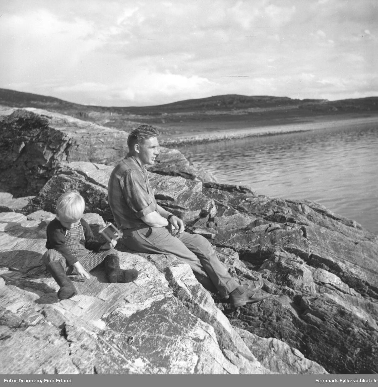 Ketil og Leif Nystrøm i fjæra utenfor Hammerfest.